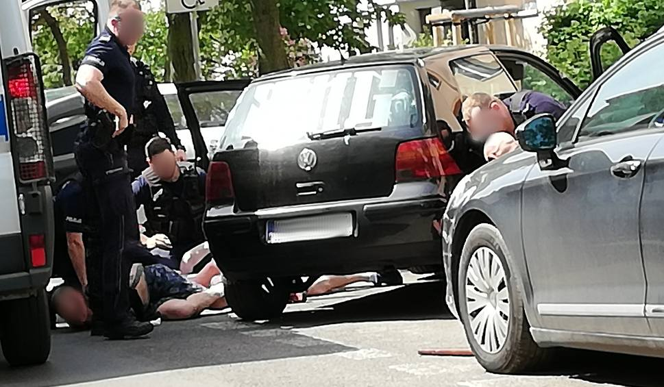 Film do artykułu: Akcja policji w Bydgoszczy. Trzy osoby wyciągnięte z auta [zdjęcia]