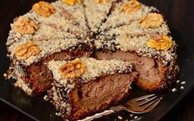 Pyszny czekoladowy sernik na orzechowym spodzie.