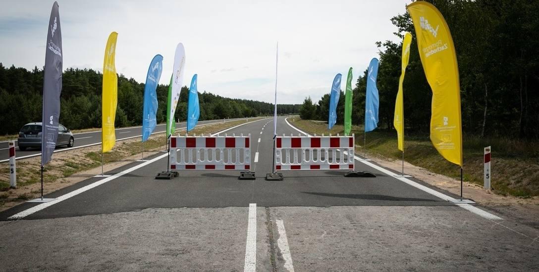 Za barierkami nowa trasa, którą wyremontowano z pieniędzy województwa. Część przed płotkiem (do skrętu nad morze) wykona GDDKiA.