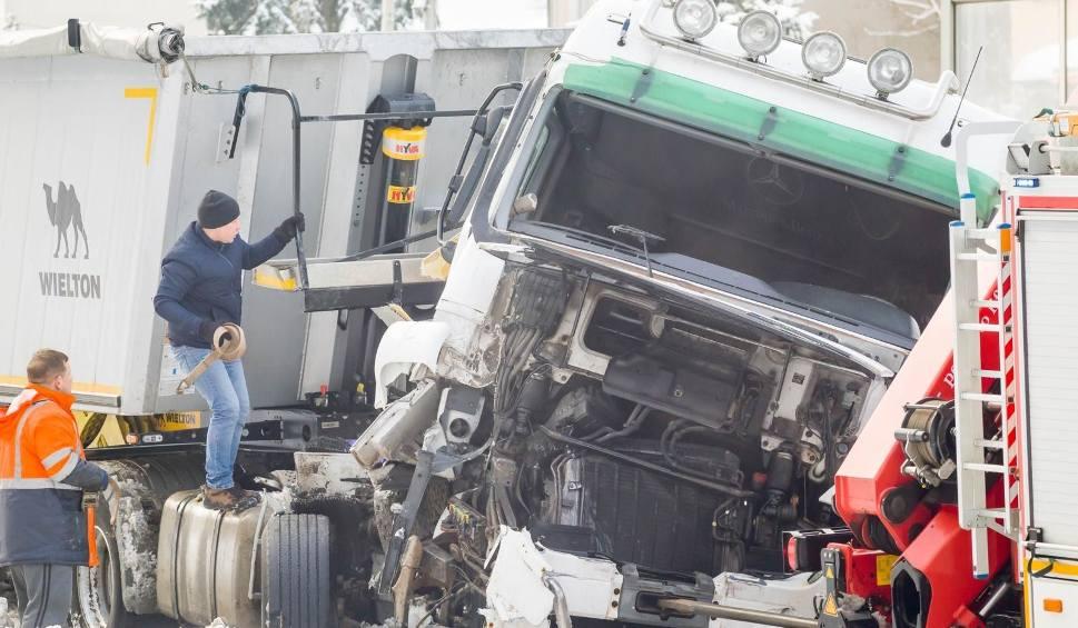 Film do artykułu: Wypadek w Kleosinie. Ciężarówka zderzyła się z busem (zdjęcia)