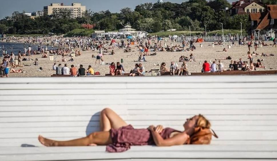 Film do artykułu: Wakacje 2020. W Trójmieście ruszył sezon kąpielowy. Na plażach obowiązują szczególne środki ostrożności. Najważniejsza zasada: dystans!
