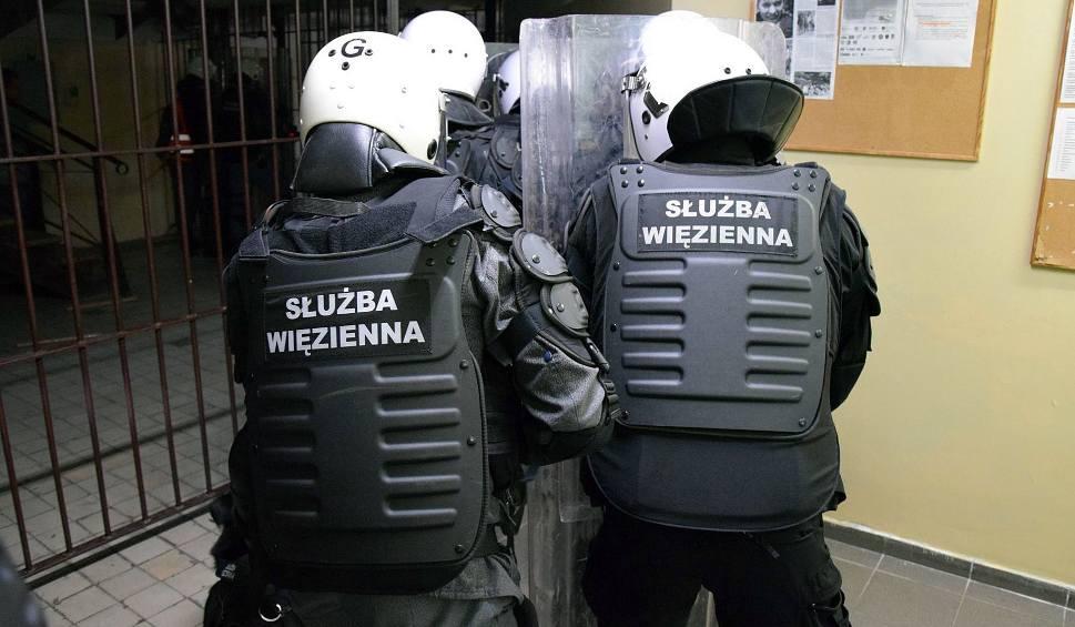 Film do artykułu: W Zakładzie Karnym w Goleniowie nie dostają pieniędzy za nadgodziny? Służba więzienna: wszystko jest zgodnie z przepisami, nie ma nacisków