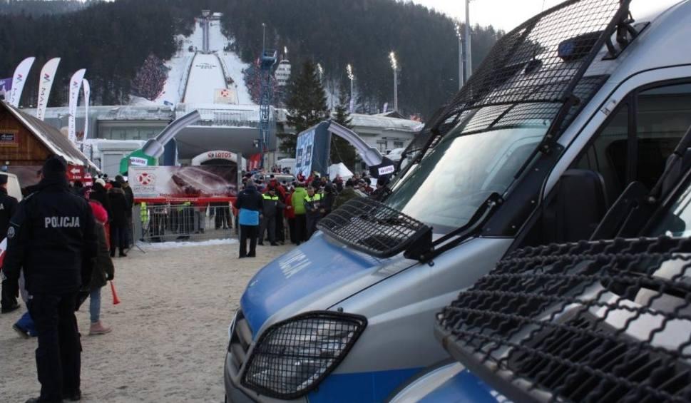 Film do artykułu: PŚ w Zakopanem. Skoki narciarskie. Na teren Wielkiej Krokwi próbowano wnieść broń