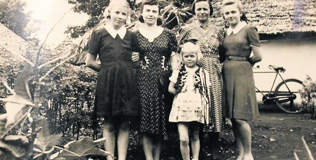 """Ich """"biały domek"""" w Tangeru. Od lewej: Władysława, ciocia Maria, mała Janina, mama Maria, Alfreda."""