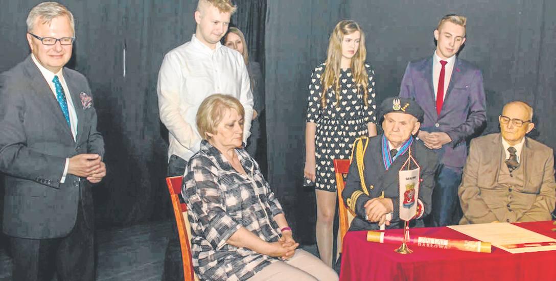Najbardziej podniosły moment darłowskiej akademii. Deklarację w obecności burmistrza podpisali przedstawiciele seniorów i młodego pokolenia