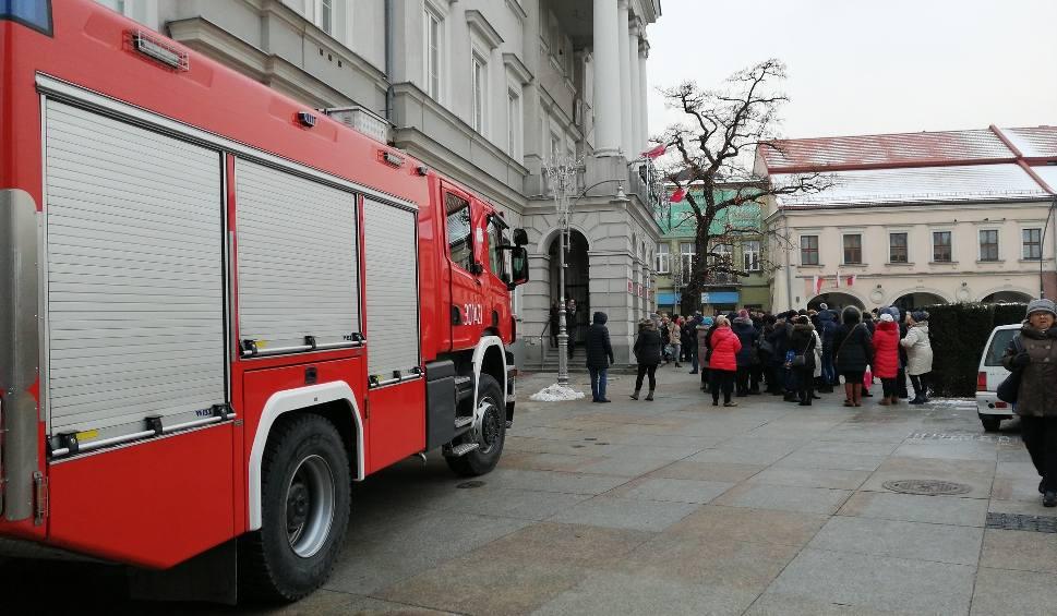 Film do artykułu: Ewakuacja w Urzędzie Miasta w Kielcach. Wszyscy musieli opuścić budynek!(ZDJĘCIA)