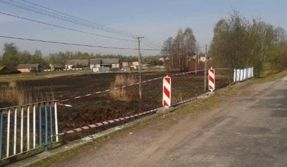 Film do artykułu: W gminie Radoszyce samochód staranował bariery, spadł z mostu i dachował
