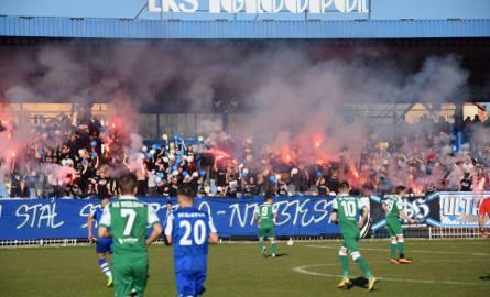 4-ligowe derby Dębicy pomiędzy Igloopolem a Wisłoką oglądało prawie tysiąc kibiców. Mecz ochraniała niespełna setka policjantów. W meczu padł remis 0:0.RELACJA