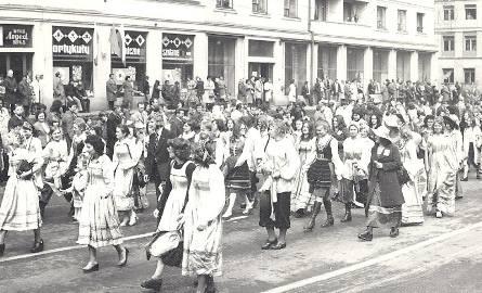 Kieleckie juwenalia z 1978 roku. Korowód idzie przez dzisiejszą ulicę Paderewskiego.