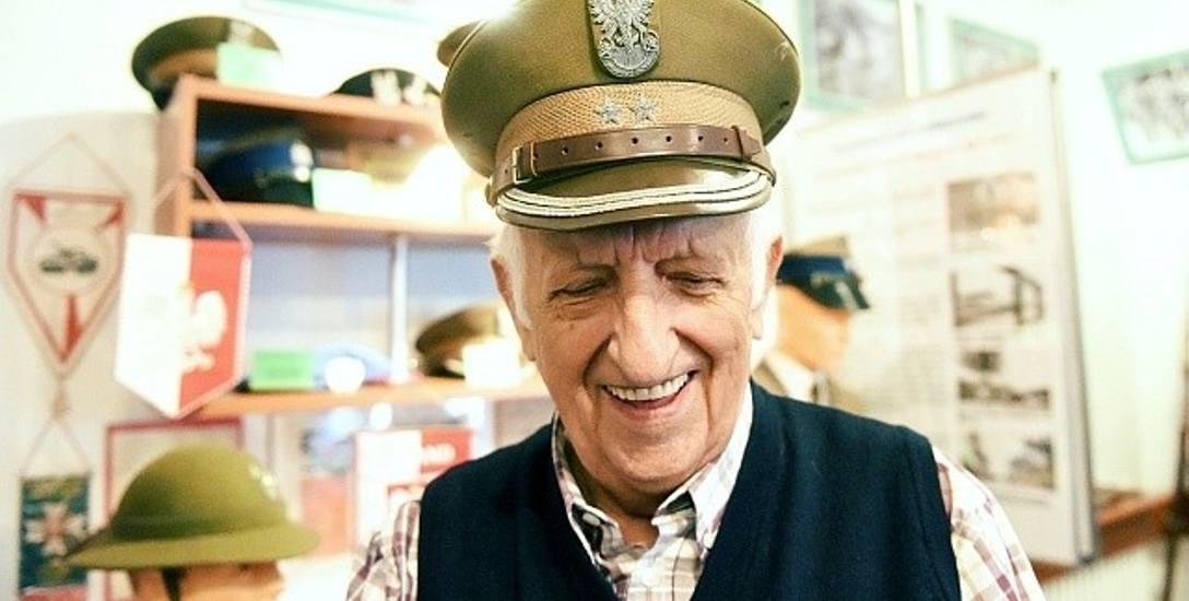 - W sali wojskowej eksponaty można dotykać, przymierzać - mówi Stefan Pilaczyński