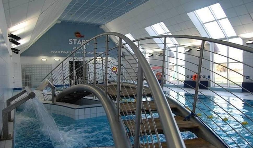 Film do artykułu: 12-latek utonął w basenie w Wiśle: Policja przeszukała ośrodek. Zabezpieczono dokumenty