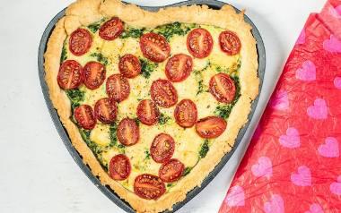 Kolacja dla mamy – quiche ze szpinakiem w kształcie serca.