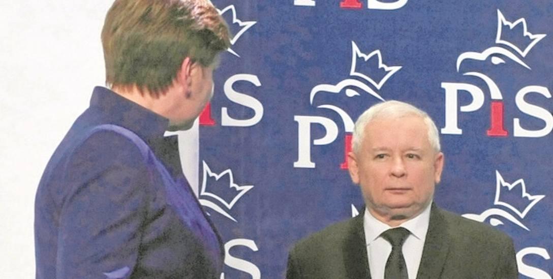 W moim rządzie panowie zawsze mają pierwszeństwo, panie prezesie - zdaje się mówić premier Beata Szydło.