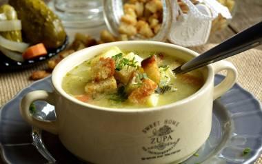 Zupa ogórkowa z ziemniakami i grzankami.