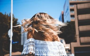 Fryzury na wiosnę, które odejmą Ci lat i odświeżą Twój styl. 20 fryzur na nowy sezon, które pokochasz [zdjęcia]