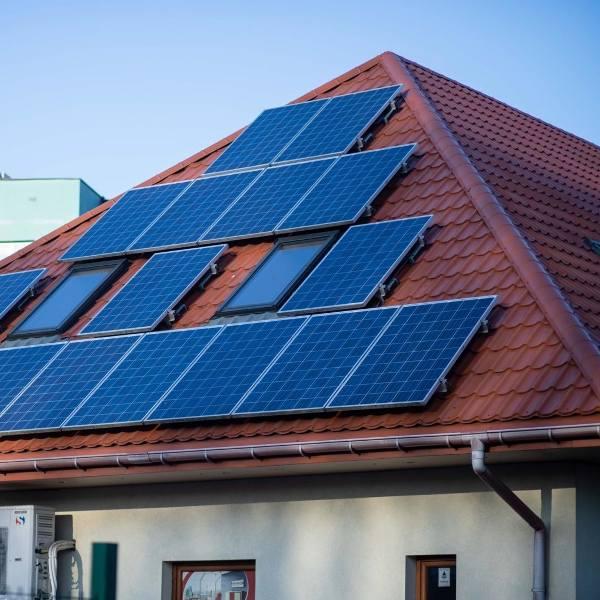 Dynamika przyrostu nowych instalacji fotowoltaicznych sprawia, że sektor energetyki słonecznej jest obecnie najszybciej rozwijającym się sektorem odnawialnych