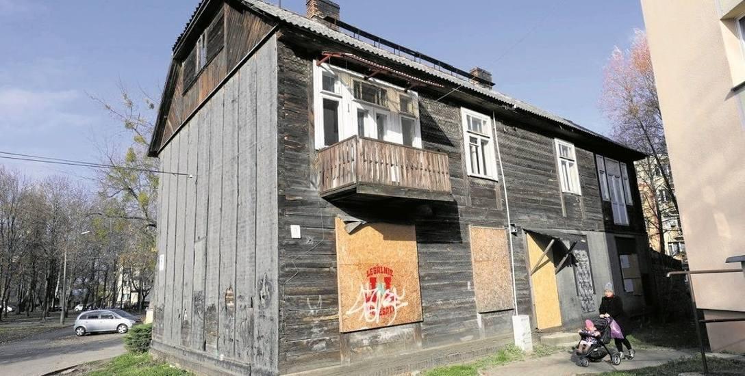 Tak wygląda dom przy ul. Boh. Getta 9. ZMK twierdzi, że jego stan techniczny jest bardzo zły. Ma też stanowić zagrożenie pożarowe dla stojącego obok