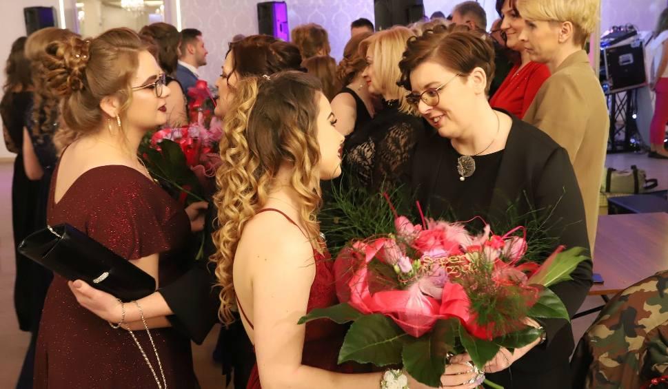 Film do artykułu: Studniówka 2020 w Zespole Szkół Skórzano-Odzieżowych Stylizacji i Usług w Radomiu. To był radosny bal!