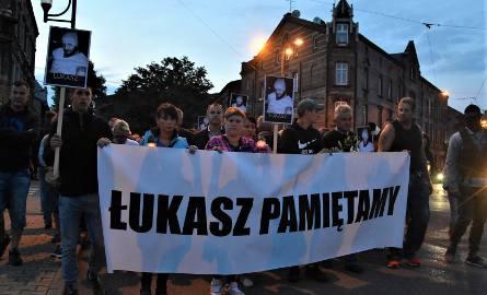"""Marsz pamięci Łukasza Porwolika przeszedł w ciszy ulicami Świętochłowic. """"Jesteśmy tutaj, żeby się zjednoczyć"""""""