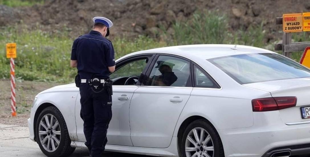 Kontrole policyjne na drodze będą teraz bardzo skrupulatne. Sprawdzana ma być nawet data ważności gaśnicy samochodowej.