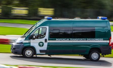 Kierujący prowadził pojazd bez zalogowanej cyfrowej karty do tachografu oraz jednocześnie używał niedozwolonego przedmiotu zakłócającego rzeczywiste