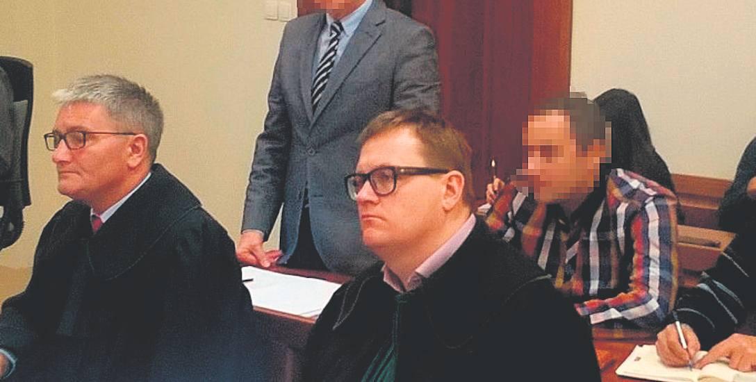 W sprawie oskarżony jest nie tylko Waldemar S. (stoi), ala także jego syn Michał (siedzi).