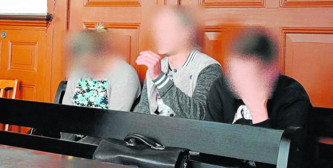 Od lewej na ławie oskarżonych: małżeństwo Marzena Ł. i Emil Ł. oraz ich syn Przemysław Ł. Wyrok w tej sprawie zostanie wydany 26 września.