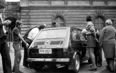 Pierwsze egzemplarze fiata 126p cieszyły się niewiarygodnym zainteresowaniem rodaków.