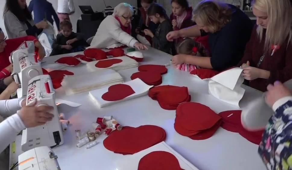 Film do artykułu: 500 biało-czerwonych poduszek na 100-lecie niepodległości. Mieszkańcy Gorzowa chcą pobić rekord Polski [WIDEO]
