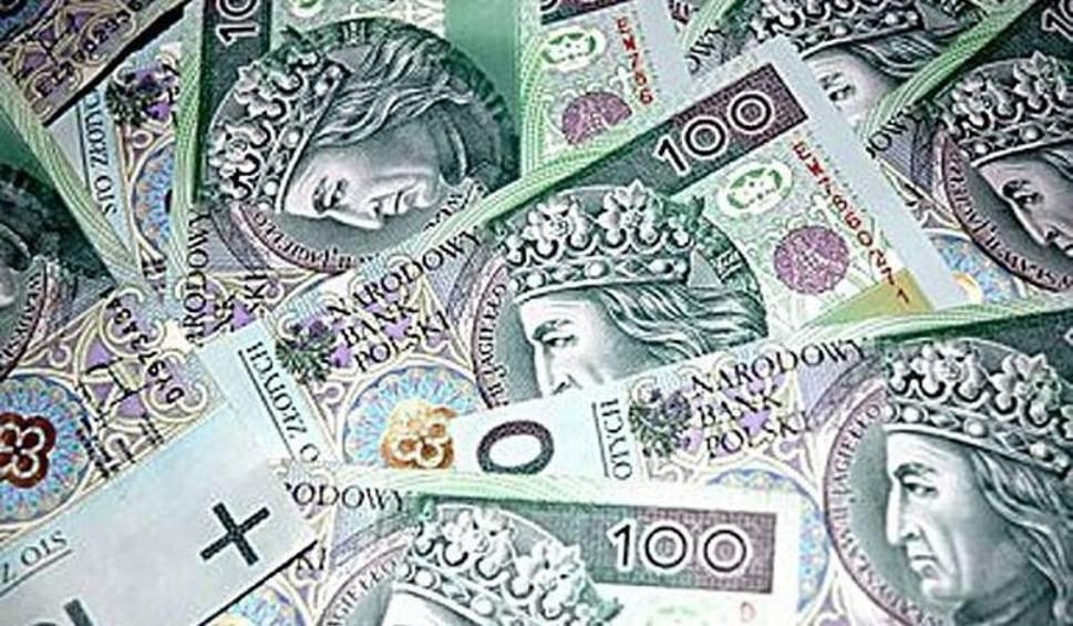 Film do artykułu: Policjanci ustalili, do kogo należały pieniądze rozrzucone na ulicy w Staszowie