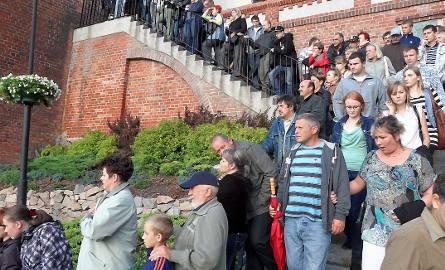 Publiczność stała nawet na schodach skarpy na starówce