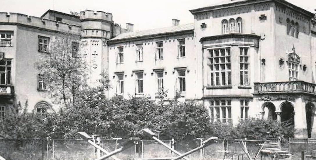 Jeszcze w latach 70. minionego wieku pałac w Zagórzanach pełnił funkcję domu dziecka. Na zdjęciu plac zabaw przed zamkiem