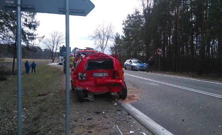 Ostrówek. Zderzenie ciężarówki i 2 osobówek. Dwie osoby ranne