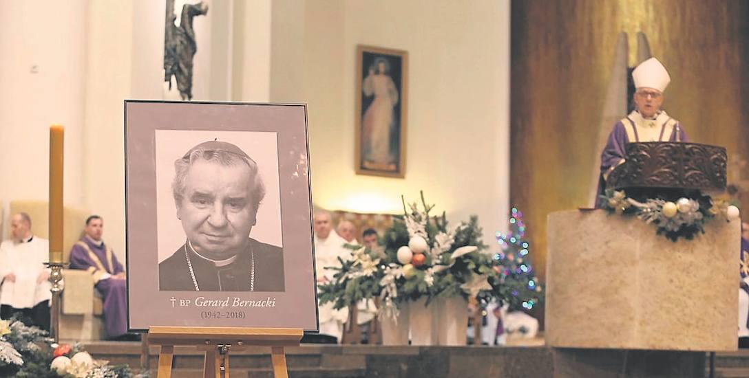 Biskup Gerard urodził się 3 listopada 1942 r. w Książenicach. Sakrę biskupią przyjął w 1988 roku.