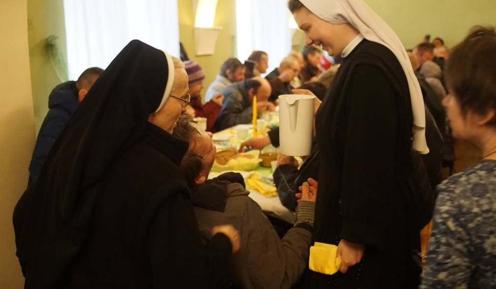 Film do artykułu: Ubodzy i samotni zjedli śniadanie wielkanocne przygotowane przez Caritas [ZDJĘCIA]