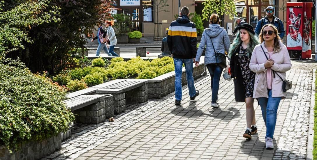 Na skwerze na rogu ulic Gdańskiej i Śniadeckich znajdują się dwie małe, ukryte w zieleni i praktycznie niewidoczne z daleka ławeczki. Starsi mieszkańcy