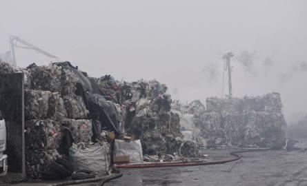 W 2018 roku na terenie Żor miał miejsce wielki pożar śmieci. Sprawcy nie ustalono. Na ławie oskarżonych usiądą osoby odpowiadające za sprowadzenie śmieciZobaczkolejnezdjęcia.