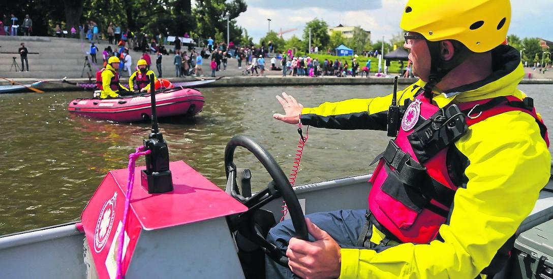 Ratownicy wodni patrolują jeziora, rzeki, strzegą bezpieczeństwa na kąpieliskach, a i tak co roku życie traci mnóstwo ludzi.