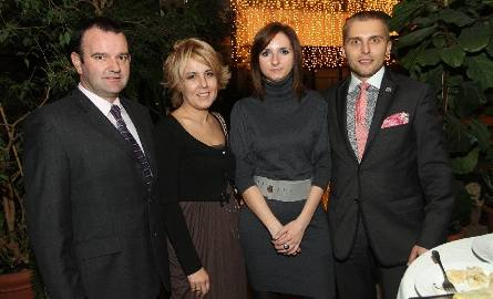 Grzegorz i Iwona Polakowie (pierwsi z lewej) – właściciele jędrzejowskiej firmy Pol - Gips bawili się w towarzystwie szefa marketingu grupy Elmar Marcina