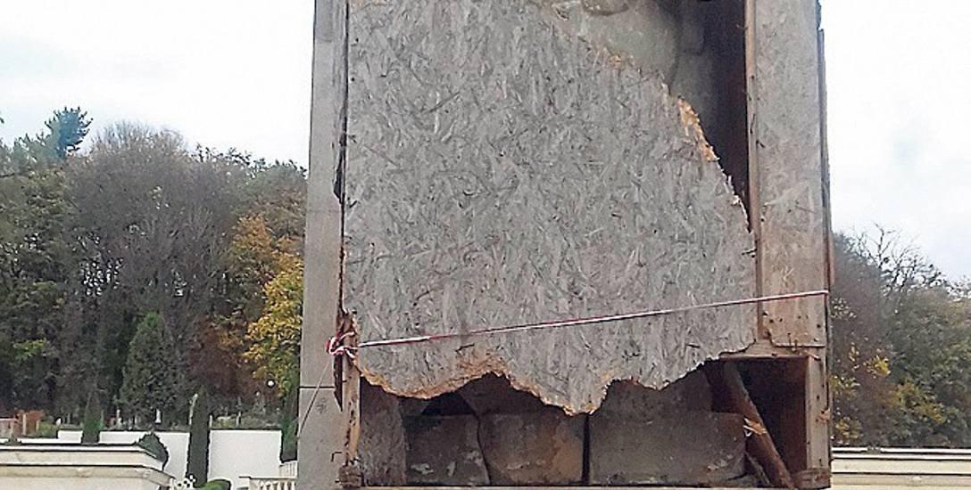 W 2015 r. lwy powróciły na swoje miejsce na Cmentarz Orląt Lwowskich. Wkrótce zostały obite paździerzowymi płytami