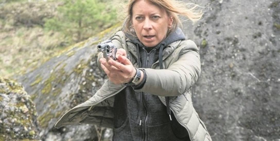 """Aby dobrze zagrać w filmie """"Odnajdę cię"""", Ewa Kaim musiała m.in. trenować boks oraz nauczyć się obsługiwać broń palną"""
