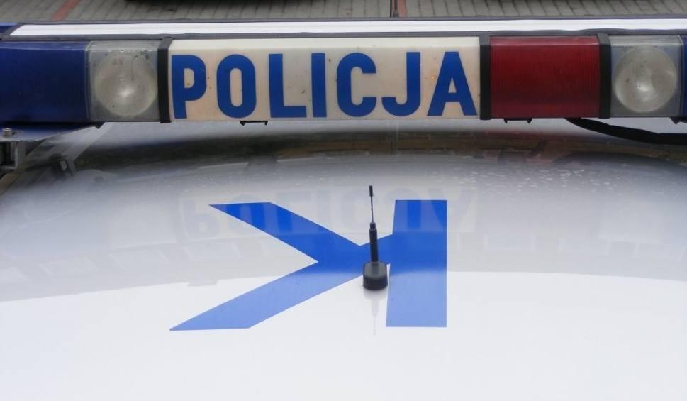 Film do artykułu: Na drodze Gorzyce-Wrzawy kierowca srebrnego auta potrącił pieszego i pojechał dalej. Sprawcy wypadku szuka policja