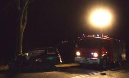 Ośno. Pijany 32-letni kierowca opla potrącił motorowerzystę i zginął uderzając w przydrożne drzewo
