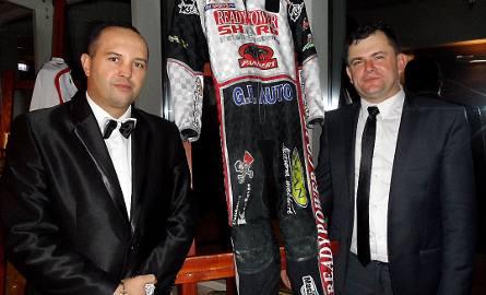 Kevlar Krzysztofa Buczkowskiego wylicytował na 2 tys.zł Rafał Kociszewski (z prawej). Remigiusz Grzybowski (z lewej) to sponsor żużlowca.