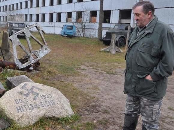 Andrzej Michalak ze znalezionym głazem upamiętniającym dojście Hitlera do władzy. Kamień leżał przy dębie Hitlera