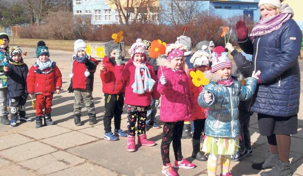 Film do artykułu: Kwiaty w rękach, radość na twarzach i w sercach - to dziecięcy marsz wiosenny [RUBINKOWO]