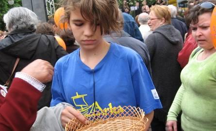Wolontarisuzka Xena rozdawała specjalne breloczki upamiętniające udział w Marszu