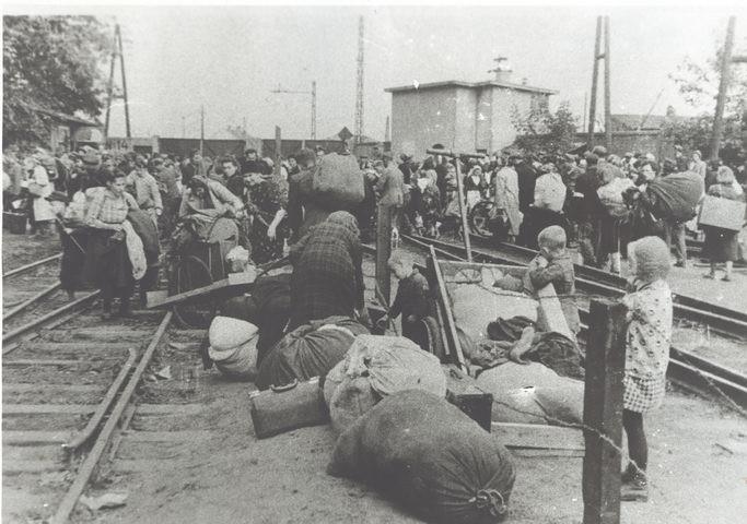 Wysiedleńcy z Warszawy w obozie przejściowym w Pruszkowie