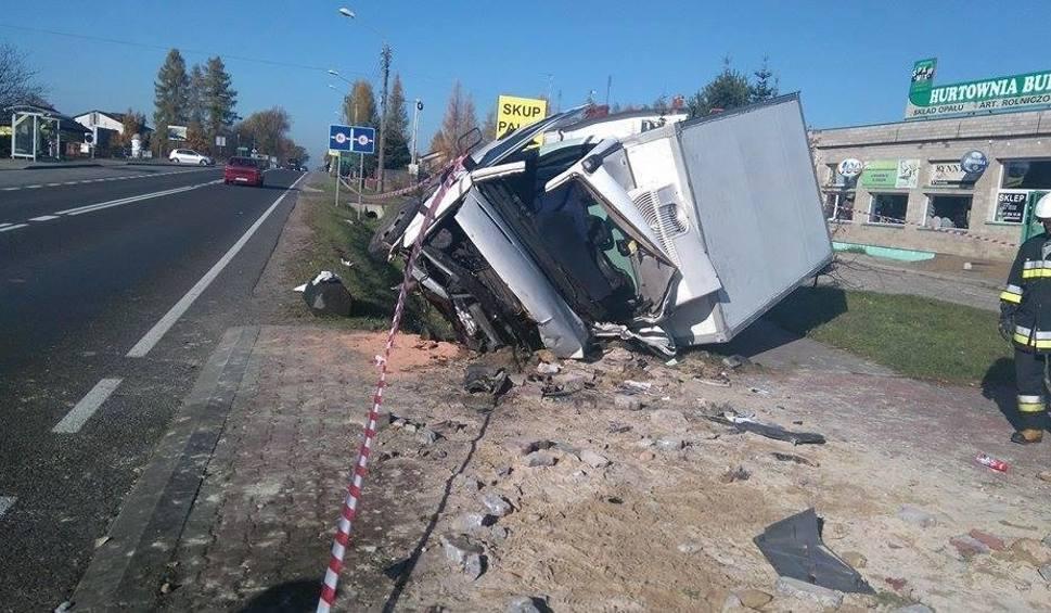 Film do artykułu: Wypadek w Bliżynie. Rozbity dostawczak – kierowca uwięziony