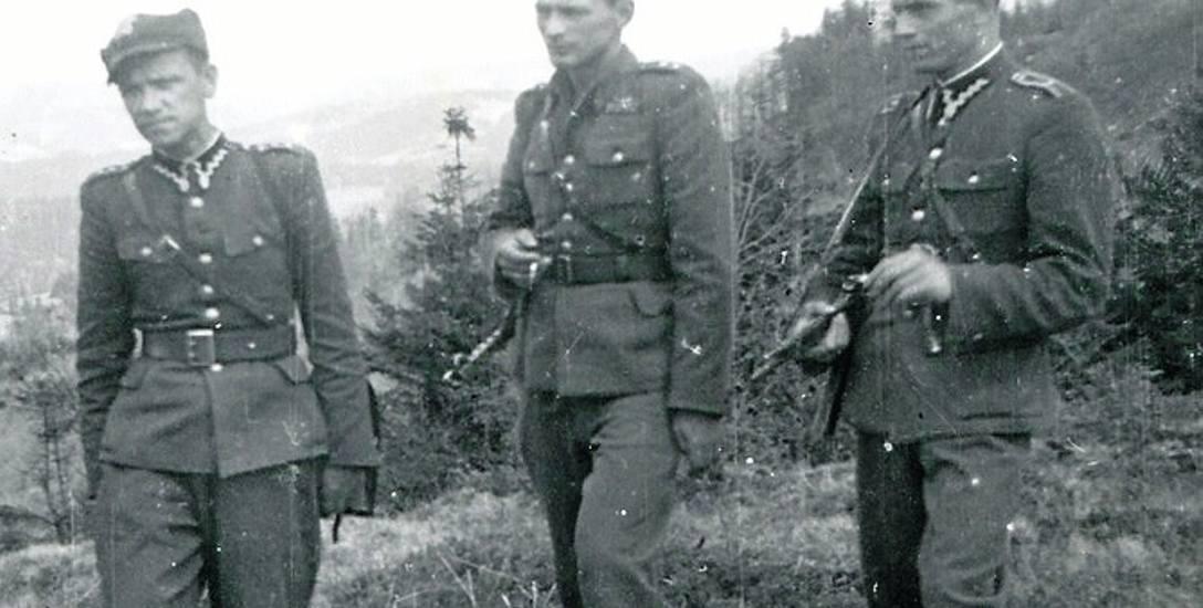 """Wiosna 1949 r. Stoją od lewej ks. Władysław Gurgacz """"Sem"""", ppor. Stefan Balicki """"Bylina"""" i sierż. Stanisław Szajna """"Orzeł""""."""